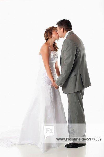 zwischen  inmitten  mitten  Braut  Bräutigam  küssen