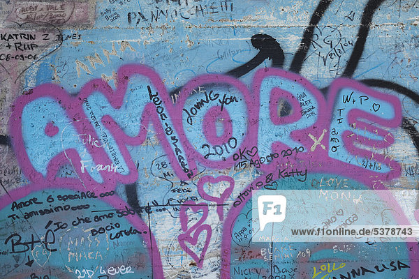 Italien  Ligurien  Cinque Terre  Blick auf Gekritzel und Gemälde in der Betonmauer der Via Dell'Amore