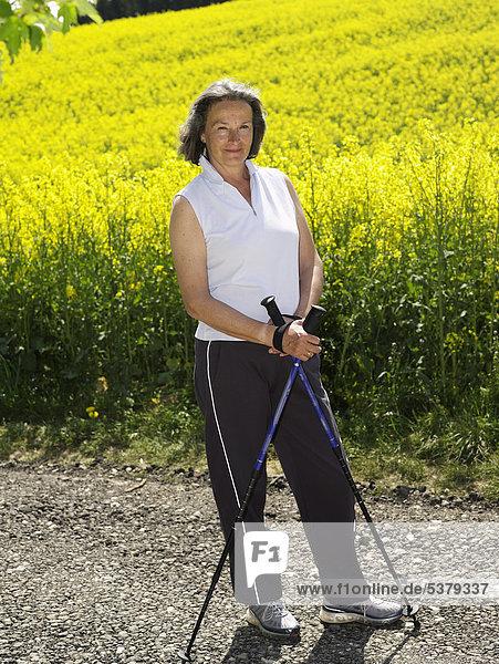 Deutschland  Reife Frau Nordic Walking  lächelnd  Portrait