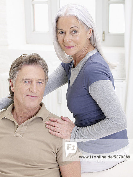 Deutschland  Hamburg  Seniorenpaar lächelnd  Portrait