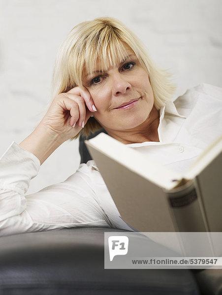 Reife Frau mit Buch  lächelnd  Portrait