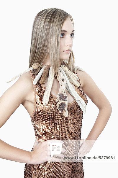 Junge Frau mit Holzkette