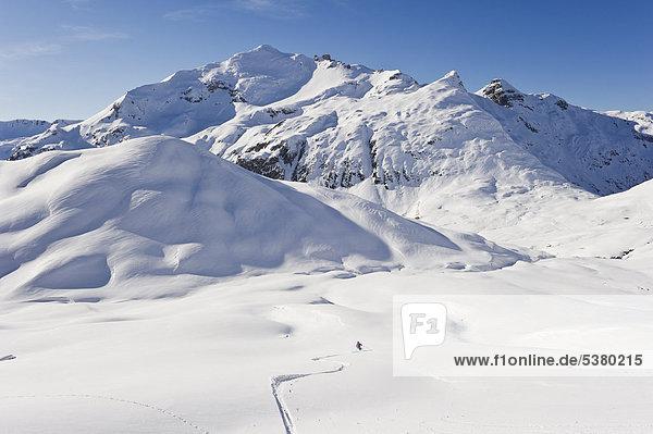 Österreich,  Zurs,  Lech,  Junge Frau beim Alpinskifahren am Arlberg