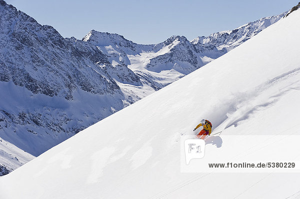 Österreich  Junge Frau beim Alpinskifahren