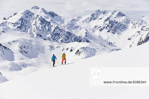 Österreich  Stuben  Junges Paar beim Telemarkfahren am Arlberg