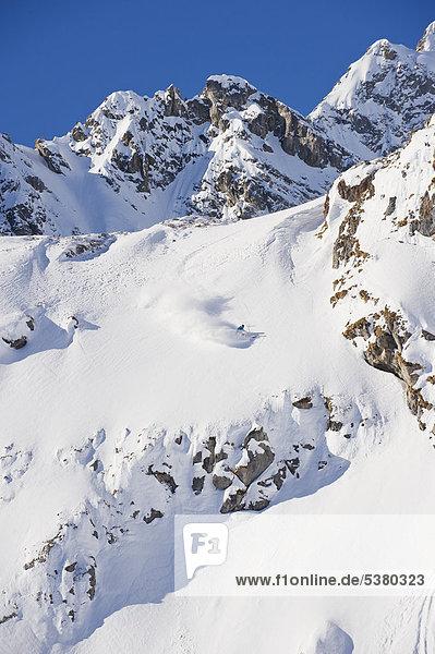 Österreich  Zuers  Junger Mann beim Telemarkfahren am Arlberg