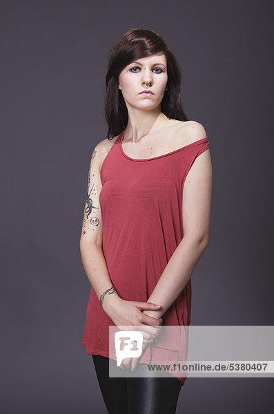 Junge Frau mit Tattoos  Portrait