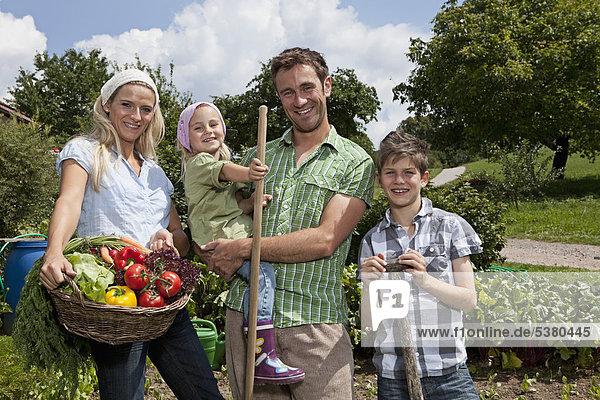 Deutschland  Bayern  Altenthann  Gemeinsames Gärtnern im Garten