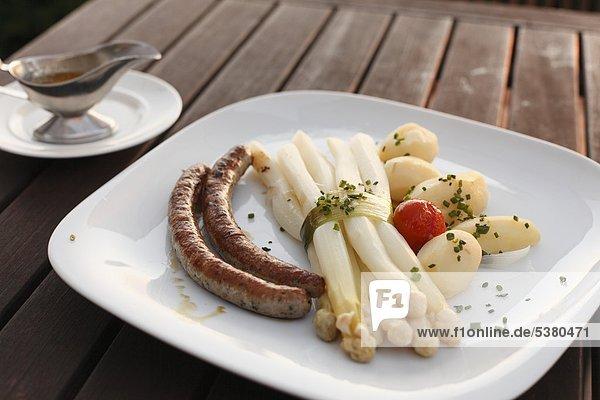 Deutschland  Bayern  Franken  Fränkische Schweiz  Kartoffeln  Würste und Spargel auf dem Tisch Deutschland, Bayern, Franken, Fränkische Schweiz, Kartoffeln, Würste und Spargel auf dem Tisch