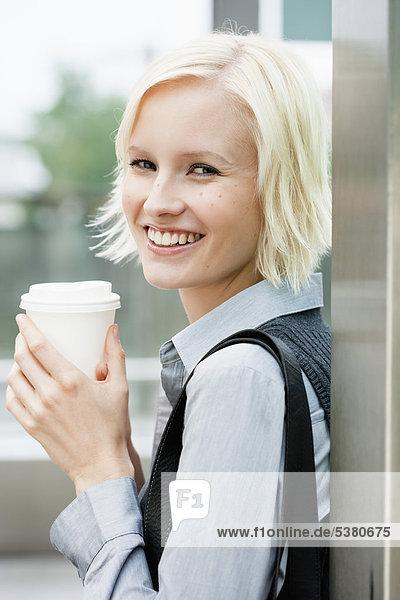 Junge Frau lächelnd  Portrait Junge Frau lächelnd, Portrait