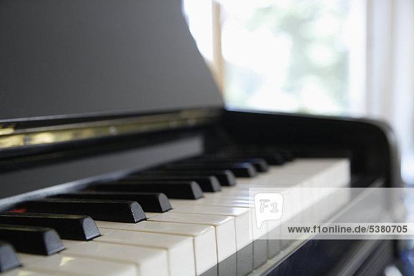 Deutschland  Oberbayern  München  Nahaufnahme Klavier im neuen Haus