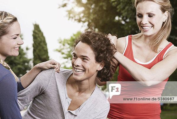 Italien  Toskana  Magliano  Junge Männer und Frauen  die Spaß haben  lächeln