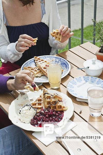 Deutschland  Berlin  Paar Essen im Cafe