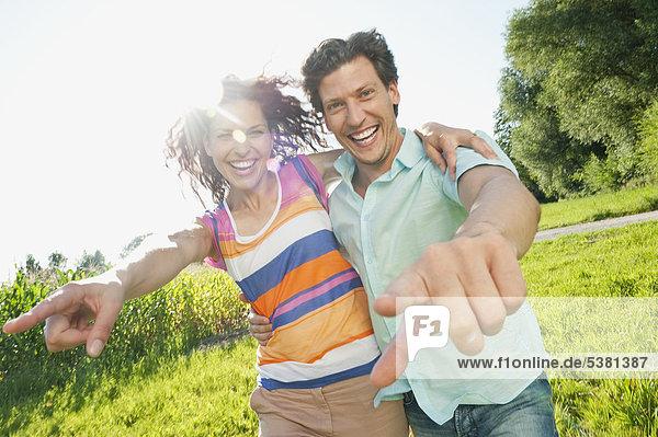 Mann und Frau im Gras  lächelnd  Portrait