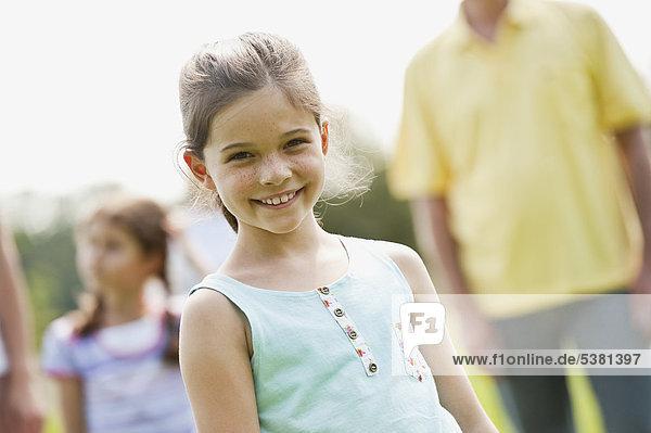 Mädchen mit Familie beim Picknick  lächelnd