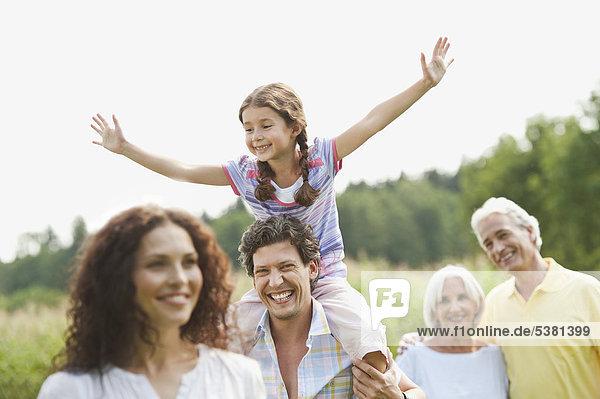 Deutschland  Bayern  Familie zusammen beim Picknick  lächeln