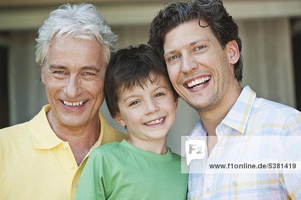 Deutschland  Bayern  Familie lächelnd  Portrait