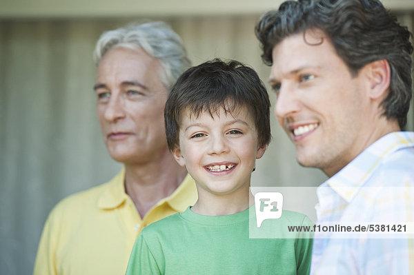 Deutschland  Bayern  Familie lächelt zusammen  Nahaufnahme