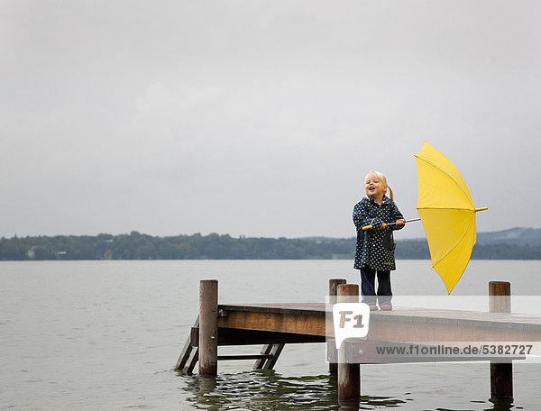 Regenschirm  Schirm  gelb  halten  Dock  Mädchen