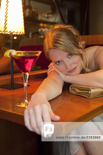 Frau beim Trinken im Restaurant