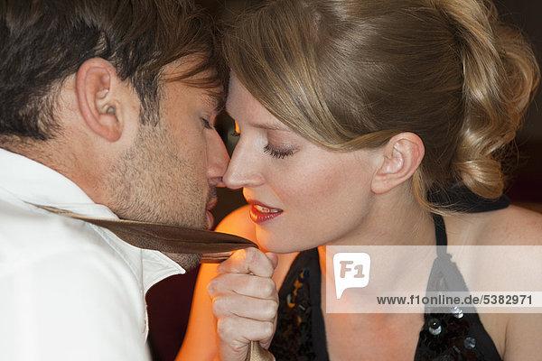 Paar berührende Nasen im Restaurant