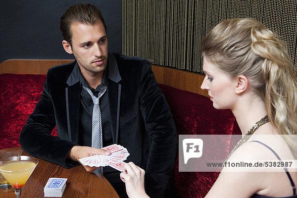 Paar Spielkarten in der Bar
