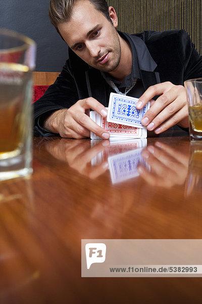 Mann  Karte  mischen