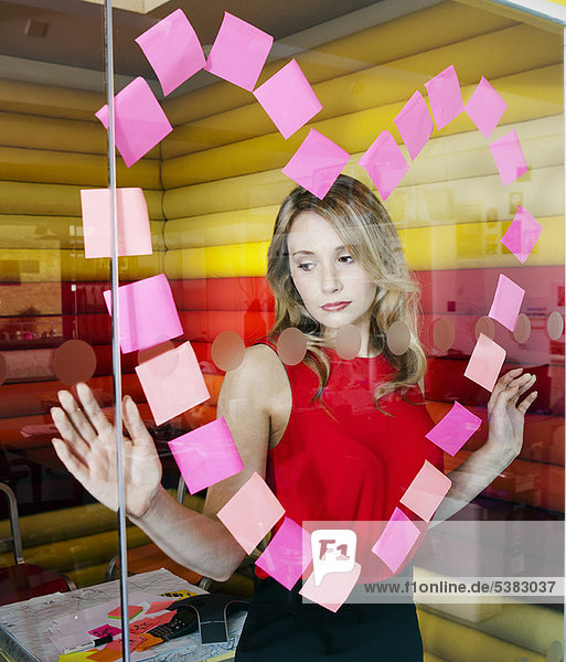 Geschäftsfrauen machen Herz mit Notizen