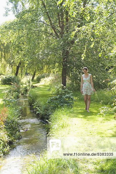 Blume  Fluss  aufheben  Mädchen