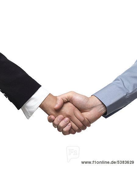 Geschäftsmann und Geschäftsfrau beim Händeschütteln