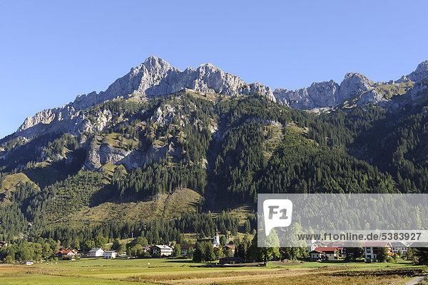Nesselwängle  Tannheimer Tal  Berge Gimpel  links  und Kellenspitze  Kellespitze oder Köllenspitze  Tannheimer Berge  Tirol  Österreich  Europa  ÖffentlicherGrund