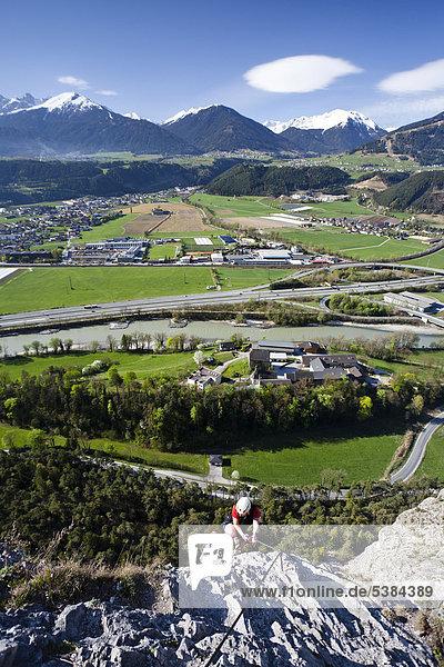 Kletterer beim Aufstieg über den Kaiser Max Klettersteig bei der Martinswand neben Innsbruck  hinten das Inntal und Kematen  Norttirol  Tirol  Österreich  Europa