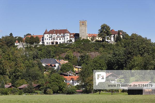 Neubeuern mit Schloss  Inntal  Chiemgau  Oberbayern  Bayern  Deutschland  Europa  ÖffentlicherGrund