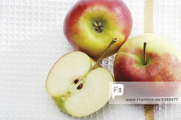 Äpfel der Sorte Braeburn auf einem Küchentuch