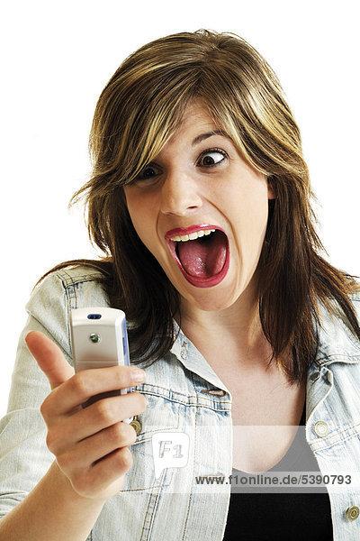 Junge Frau schaut schreiend aufs Handy