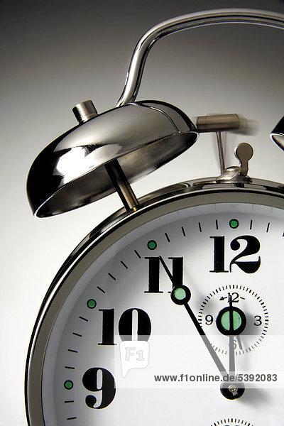 Glockenwecker steht auf fünf vor zwölf