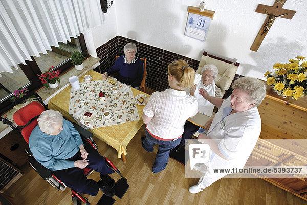 Im Altenheim  Pflegeheim  Bewohner im Speisesaal