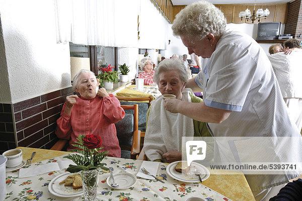 Im Altenheim  Pflegeheim  Bewohner im Speisesaal beim Nachmittagskaffee