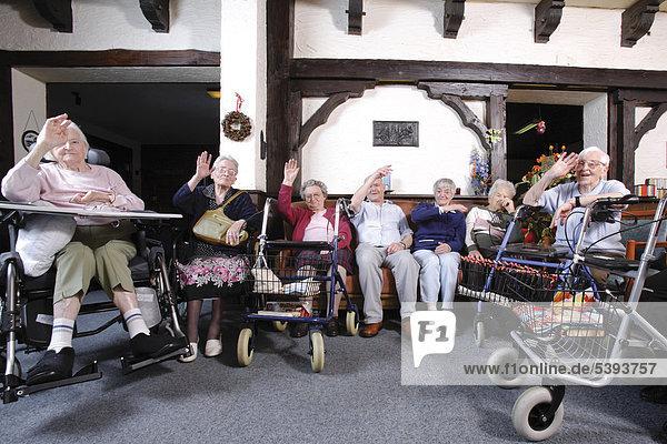 Im Altenheim  Pflegeheim  Bewohner im Gemeinschaftsraum