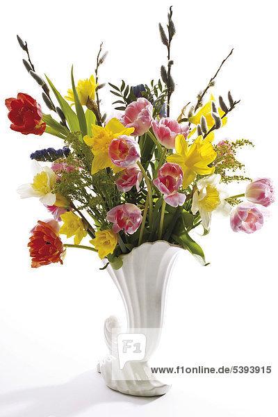 Vase mit Frühlingsstrauß - Tulpen  Osterglocken und Weidenkätzchen