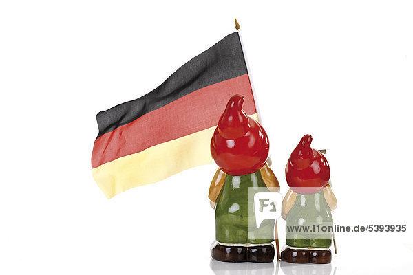 Zwei Gartenzwerge mit Deutschlandfahne  Rückenansicht