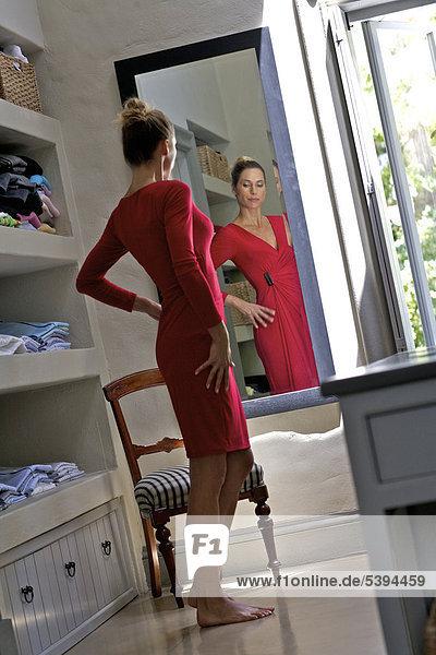 Frau sehen reifer Erwachsene reife Erwachsene rot Kleid Spiegel