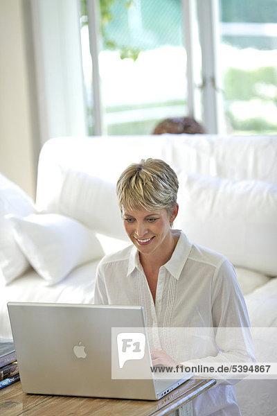 Reife Frau auf ihrem laptop