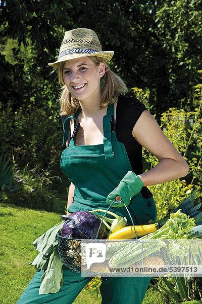 Gärtnerin mit Gemüsekorb