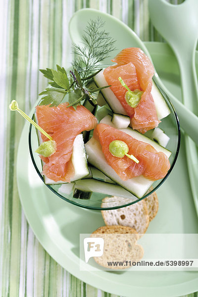 Snack Gurke mit Lachs und Wasabi