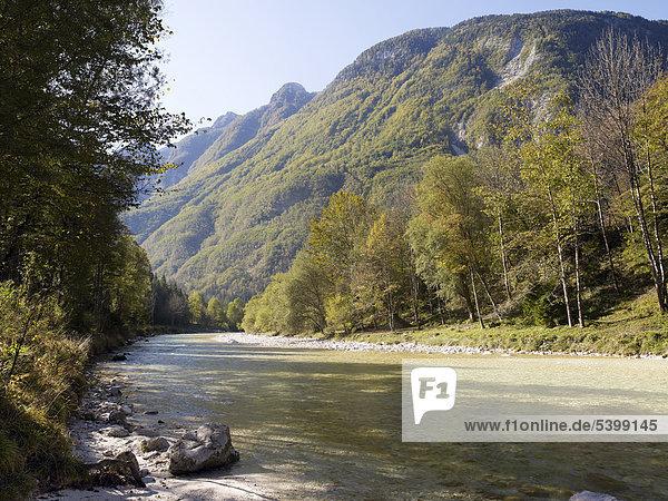 Blick auf türkisfarbenen Fluss Soca und Julische Alpen im Socatal nahe Bovec  Triglav Nationalpark  Slowenien  Europa