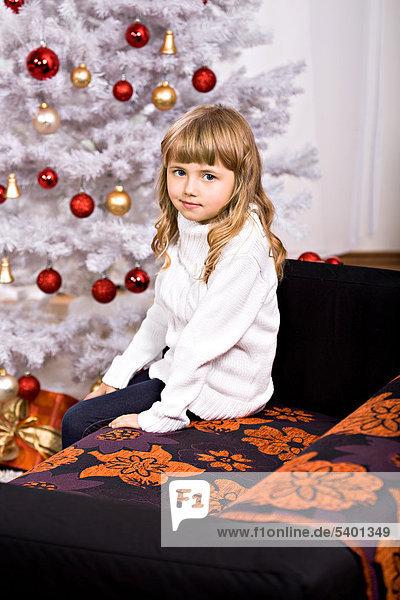 Zimmer frontal Weihnachtsbaum Tannenbaum jung Mädchen Wohnzimmer
