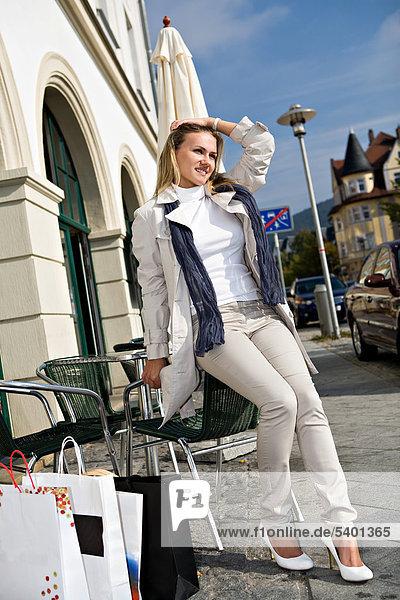 Junge Frau beim Einkaufen in der Stadt  Sonneberg  Thüringen  Deutschland  Europa