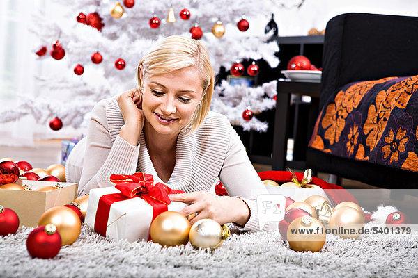 liegend liegen liegt liegendes liegender liegende daliegen junge Frau junge Frauen Weihnachten Dekoration