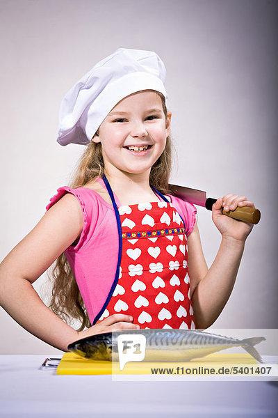 Mädchen bereitet Fisch zu